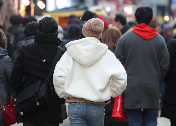 8일 오후 서울 중구 명동에서 두꺼운 옷을 입은 시민들이 거리를 걷고 있다/사진=연합뉴스