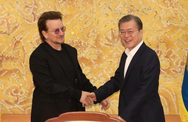 문재인 대통령이 9일 청와대에서 예방한 록밴드인 'U2'의 보컬이자 사회운동가 보노 접견에 앞서 인사하고 있다. 사진=연합뉴스