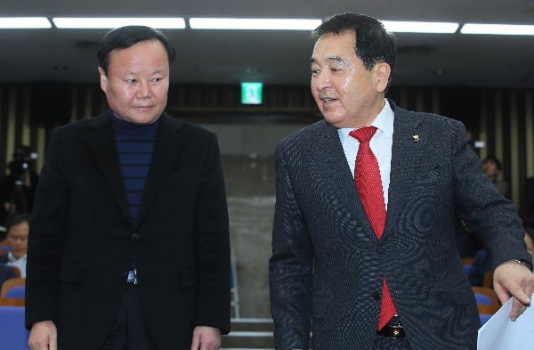 자유한국당 심재철 신임 원내대표(오른쪽)와 김재원 정책위의장이 9일 국회에서 열린 의원총회에 입장하며 대화를 나누고 있다/사진=연합뉴스