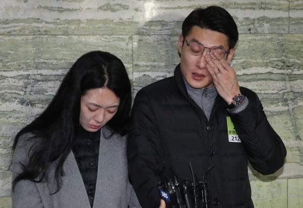 '민식이법'이 국회 본회의를 통과하자 故김민식 군의 부모가 입장을 밝히고 있다./사진=연합뉴스