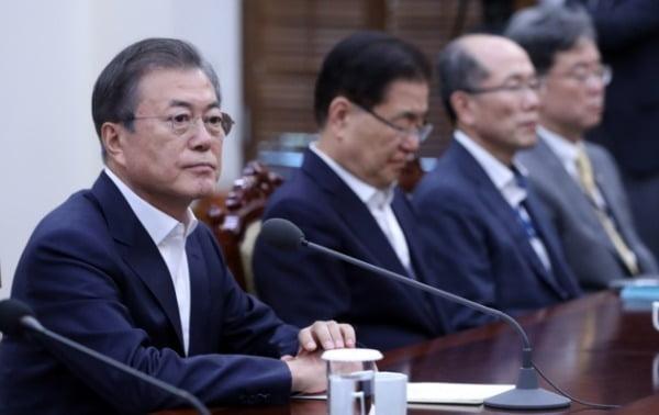 지난달 10일 청와대에서 열린 수석보좌관 회의에 참석한 문재인 대통령이 잠시 생각에 잠겨 있다. /사진=연합뉴스