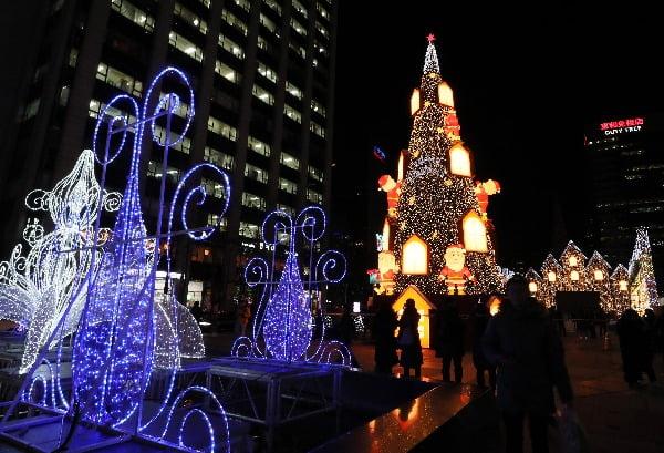 2019 서울크리스마스 페스티벌 개막을 하루 앞둔 12일 오후 서울 청계광장에 설치된 대형 트리가 불을 밝히고 있다/사진=연합뉴스