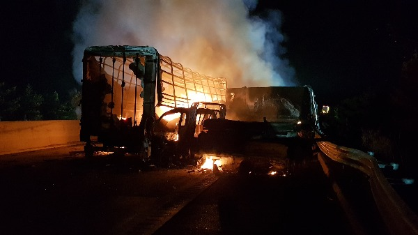 14일 오전 4시 30분께 경북 상주영천고속도로에서 블랙아이스로 인한 승용차와 화물차 간 다중추돌 사고로 사고 차량에 화재가 발생하고 있다. 사진=연합뉴스