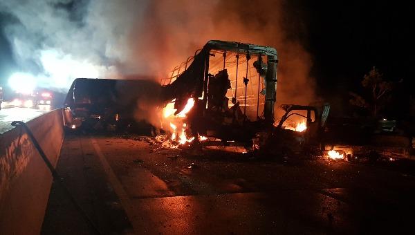 14일 오전 4시 30분께 경북 상주영천고속도로에서 블랙아이스로 인한 승용차와 화물차 간 다중추돌 사고로 사고 차량에 화재가 발생하고 있다. 사진=연합뉴스,