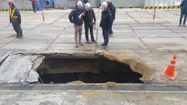 지난 22일 오전 7시 21분쯤 서울 영등포구 여의도 지하보도 공사 현장에서 일하던 A(54)씨가 지하로 추락하는 사고가 발생했다. /사진=연합뉴스