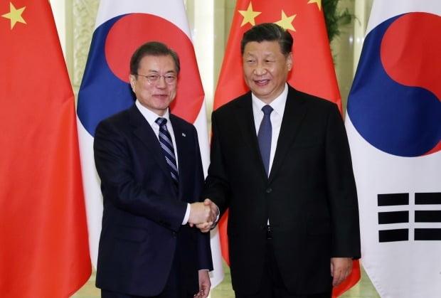 문재인 대통령과 시진핑 중국 국가주석이 23일 베이징 인민대회당에서 정상회담 전 악수하고 있다./사진=연합뉴스