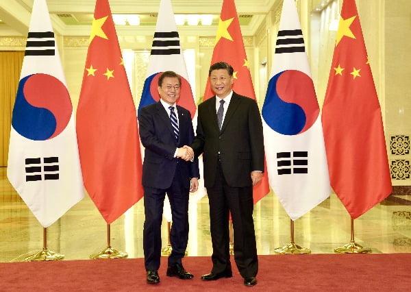 문재인 대통령과 시진핑 중국 국가주석이 23일 베이징 인민대회당에서 정상회담 전 악수하고 있다. 사진=연합뉴스