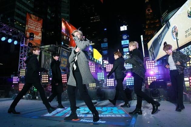 방탄소년단, 뉴욕서 새해맞이…타임스퀘어 후끈 달궜다[종합]