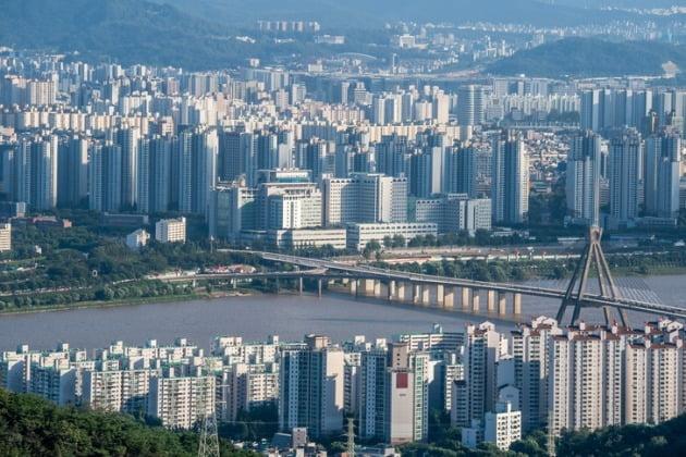 급등을 거듭하던 서울 아파트값이 '12·16 부동산 대책' 시행 이후 상승세가 한풀 꺾였다. 한국감정원 조사에서 지난달 마지막주(12월 30일 기준) 서울 아파트 매매가격 상승률은 전주보다 낮아졌다. /게티이미지뱅크 제공