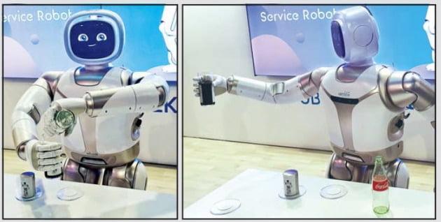 < 병따개로 콜라 따서 잔에 따르고… > 중국 유비테크가 선보인 휴머노이드(인간형 로봇) '워커'.