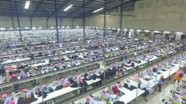 인도네시아 현지인 3500여명이 근무하는 스마랑 공장. 월 6만5000개의 니트의류를 생산한다. (사진 = 국동)