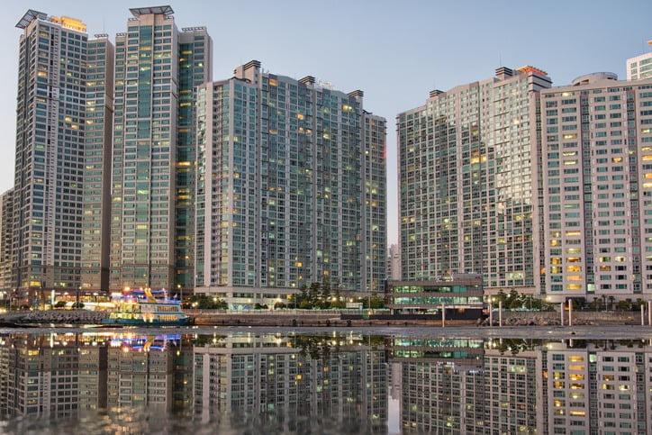 부산의 최고 인기 주거지역으로 꼽히는 해운대구 중형(전용면적 84㎡ 기준) 아파트값이 10억원을 넘는 사례가 속속 나오고 있다. 사진은 해운대구 아파트 전경. /게티이미지뱅크 제공