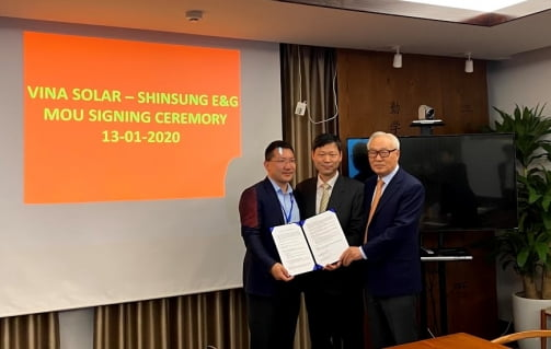 신성이엔지와 베트남 비나솔라가 해외 태양광시장 공략을 위한 업무협약(MOU)를 맺었다.   신성이엔지 제공