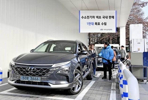 현대차가 세계 최대인 1만 대의 수소전기차 '넥쏘' 판매 계획을 세운 가운데, 16일 서울 여의도 국회충전소에서 현대차 관계자들이 '넥쏘'에 수소를 주입하고 있다. [사진=현대자동차]