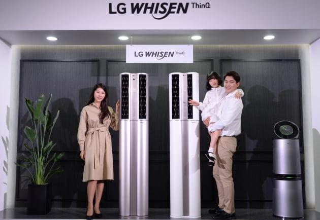 LG전자 모델들이 2020년형 LG 휘센 씽큐 에어컨을 선보이고 있다.