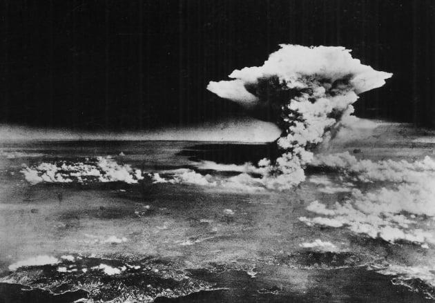 미군이 1945년 8월 6일 일본 히로시마 상공에서 투하한 핵폭탄이 폭발한 뒤 약 1시간이 지나 버섯 구름이 피어오르는 모습