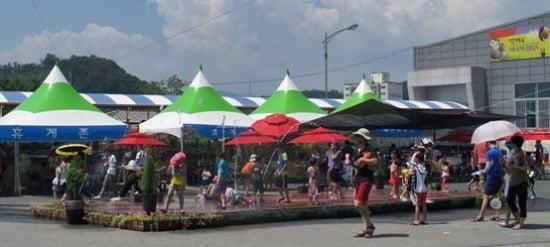 아리울씨앤디가 지역 축제에 공급하는 '이동식 바닥분수'. / 사진=아리울씨앤디 제공