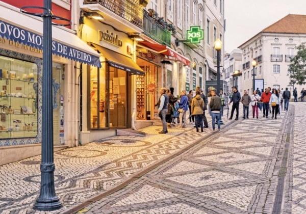 소금으로 돈을 번 상인들이 건물을 화려하게 꾸민 포르투갈 아베이루 거리 풍경.
