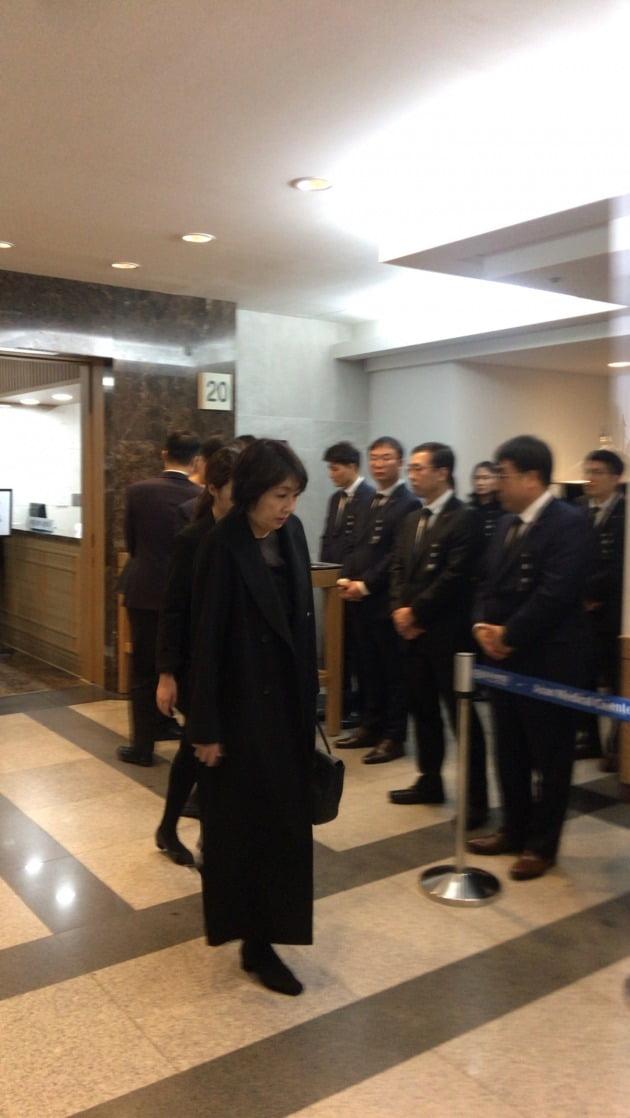 신동빈 롯데그룹의 회장의 부인 미나미 여사가 빈소 입구를 지키고 있다. (사진 = 이미경 기자)