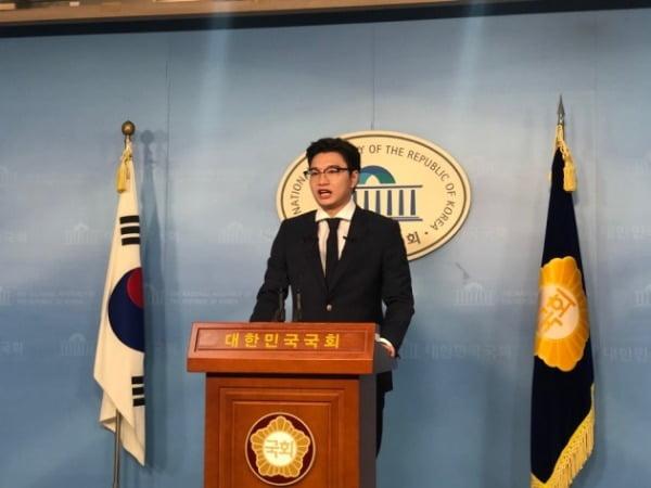 탈당 기자회견하는 김태일 위원장. 사진=본인 제공.