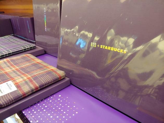 21일 스타벅스 여의도점에서 판매를 시작한 방탄소년단 협업 상품/사진=김소연 기자