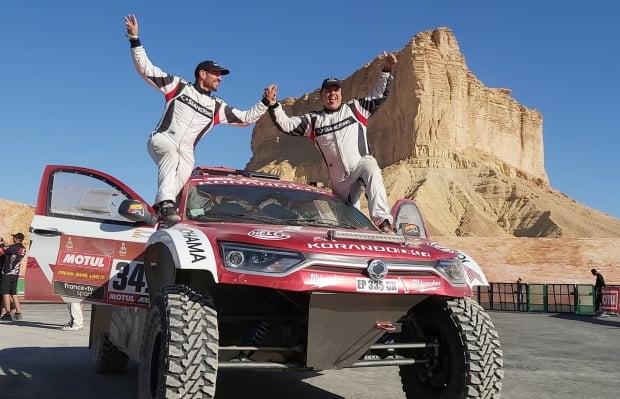 오스카 푸에르테스 선수(오른쪽)와 공동파일럿 디에고 발레이오 선수가 다카르 랠리를 완주한 뒤 기념 촬영을 하고 있다. 사진=쌍용자동차
