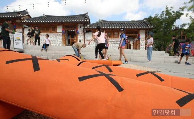 서울 돈의동 박물관 마을을 찾은 관광객들이 전통놀이 체험을 하고 있다. 연합뉴스