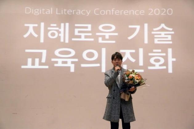 유튜버 이슈텔러가 '청소년이 선정한 베스트 유튜브 채널' 상을 수상하고 소감을 말하고 있다.(사진제공_사단법인 디지털리터러시교육협회)