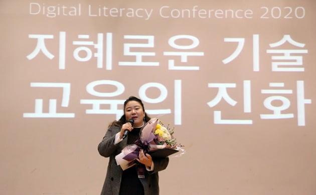 EBS 유튜브사업팀 CM 최지영 차장이 '청소년이 선정한 베스트 유튜브 채널' 상을 수상하고 소감을 말하고 있다.(사진제공_사단법인 디지털리터러시교육협회)
