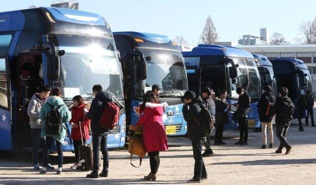 건국대 학생들이 2014년 1월 29일 설 귀향버스를 타기 위해 줄을 선 모습. 건국대 학생복지위원회는 올해 설 귀향 버스를 운영하지 않기로 했다. 연합뉴스