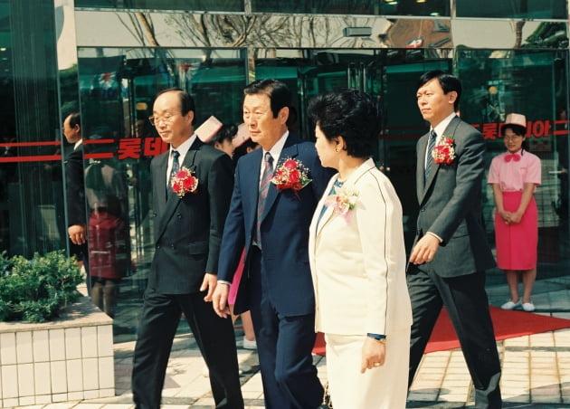 신격호 롯데그룹 명예회장(왼쪽 두번째)과 그의 아들 신동빈 회장(네번째)이 1991년 5월 롯데백화점 영등포점 개점 기념식에 참석한 모습. 롯데 제공