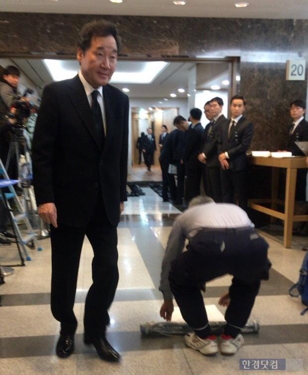 지난 20일 서울 아산병원에 마련된 故 신격호 롯데그룹 명예회장의 빈소에  한 남성이 입장하려다 제지를 당했다. 당시 이낙연 전 국무총리와 이재현 CJ그룹 회장이 퇴장하는 타이밍과 겹쳐 시선은 분산됐다./사진=이미경 기자