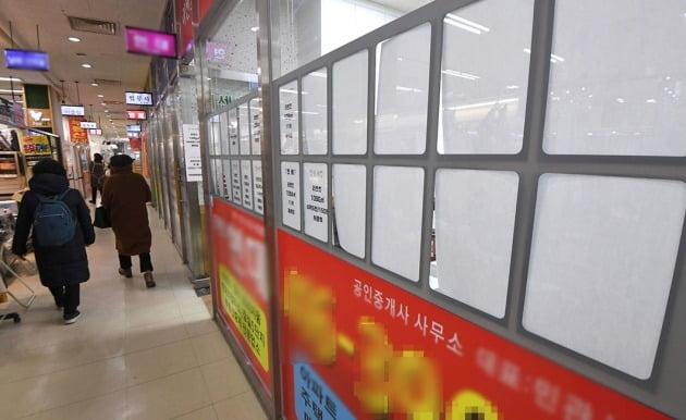 정부가 추가적인 고강도 부동산 대책을 내놓을 것이란 예측이 나오고 있는 가운데 서울 잠실의 한 아파트단지 상가 내 공인중개업소 매물 안내판이 텅 비어 있다. 한경DB