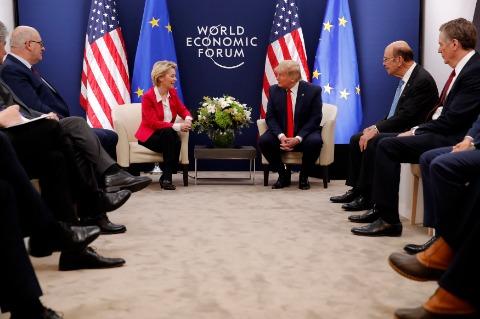 도널드 트럼프 미국 대통령(가운데)이 21일(현지시간) 스위스 다보스에서 열린 세계경제포럼(WEF)에서 우르줄라 폰데어라이엔 유럽연합(EU) 집행위원장(왼쪽)과 얘기하고 있다. EPA연합뉴스