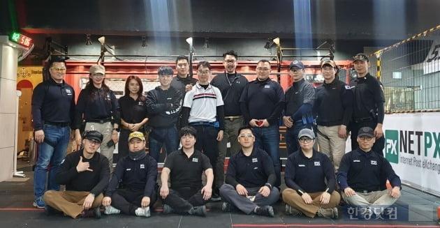 IPSC KOREA 회원들과 교육을 마친 후 기념촬영을 하고 있다.  가운데가 김환식 선수, 서 있는 우측 끝에서 두번째는 IPSC KOREA 김준기 대표.(사진 김하나 기자)