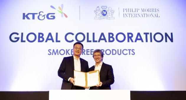 KT&G는 29일 서울 광화문 포시즌스호텔에서 PMI와 전자담배 '릴'의 해외 판매를 위한 제품 공급 계약을 맺었다. 사진= KT&G