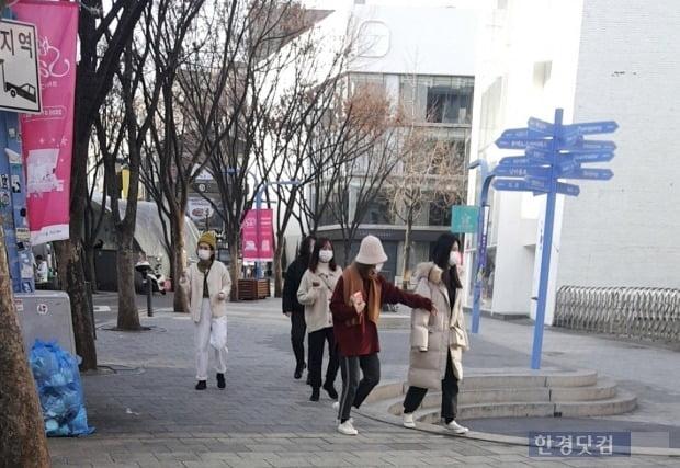 30일 외국인 관광객들이 마스크를 끼고 서울 마포구 홍대 거리를 걷고 있다./사진=이미경 기자