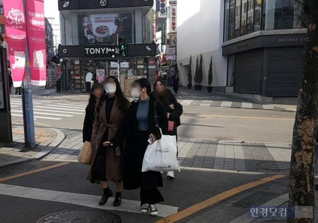 30일 서울 마포구 홍대 거리 방문객들이 마스크를 끼고 걷고 있다./사진=이미경 기자