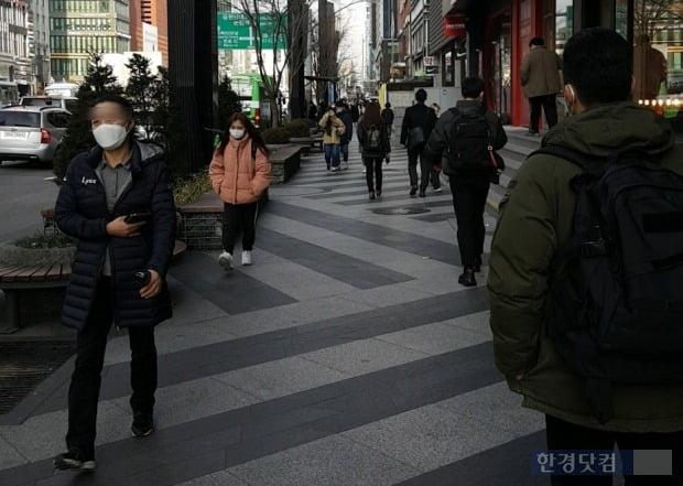 31일 시민들이 마스크를 끼고 서울 강남구 강남대로를 지나고 있다./사진=이미경 기자
