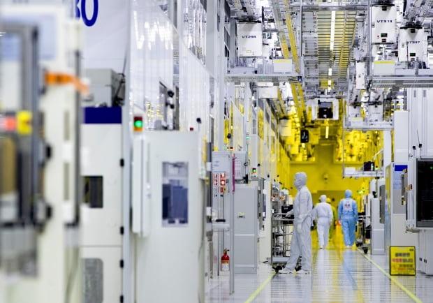 삼성전자 근로자들이 경기 화성캠퍼스 반도체 생산라인 클린룸에서 반도체 장비를 점검하고 있다./사진=삼성전자 제공