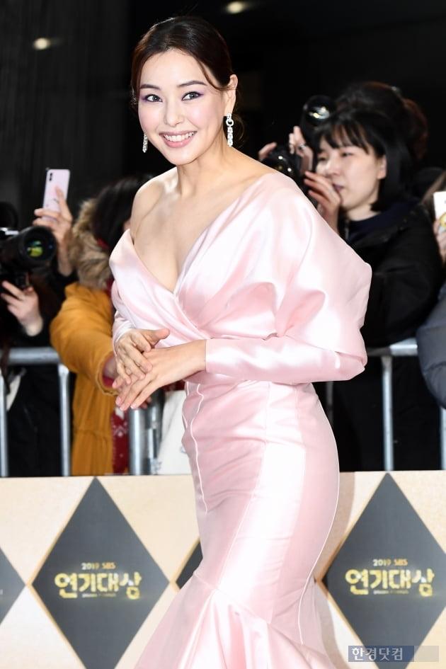 PHOTOPIC 이하늬, 푹 파인 드레스 입고 과감하게 '흘러내릴 듯 아슬아슬' (2019 SBS 연기대상)