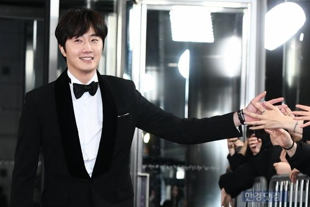 [포토] 정일우, '팬들과 멋진 하이파이브~' (2019 SBS 연기대상)