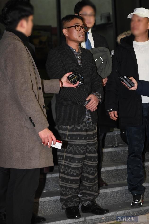 [포토] 편안한 차림으로 경찰 조사 임한 김건모