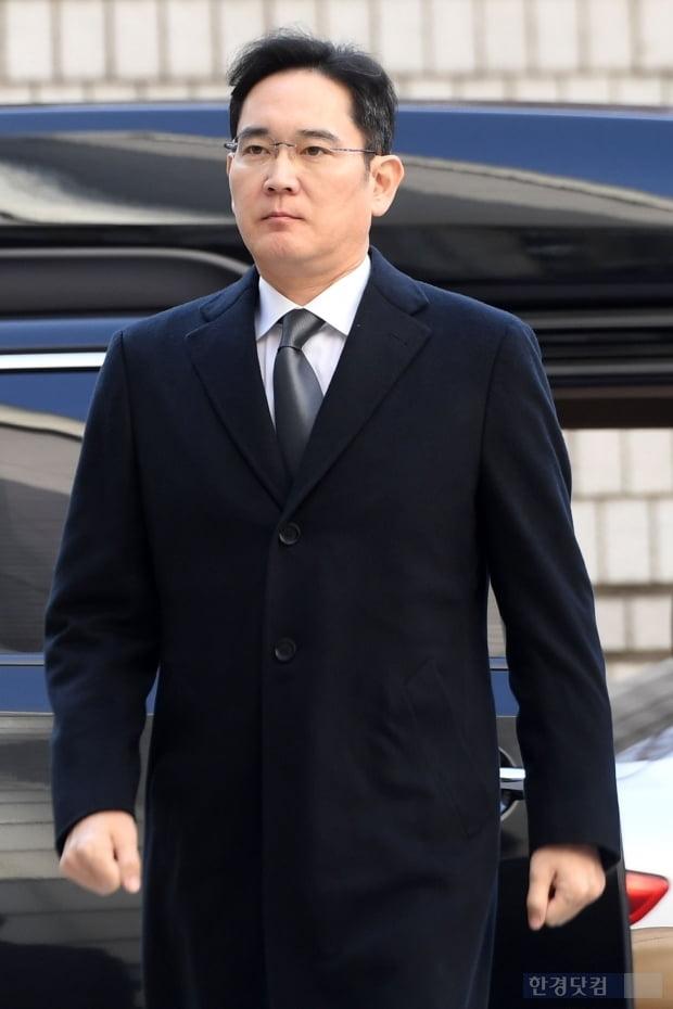 박근혜 전 대통령과 최서원(개명 전 최순실) 씨 측에 뇌물을 준 혐의 등으로 기소된 이재용 삼성전자 부회장이 17일 서울 서초동 서울고등법원에서 열린 파기환송심 4차 공판에 출석하고 있다. / 최혁 한경닷컴 기자 chokob@hankyung.com