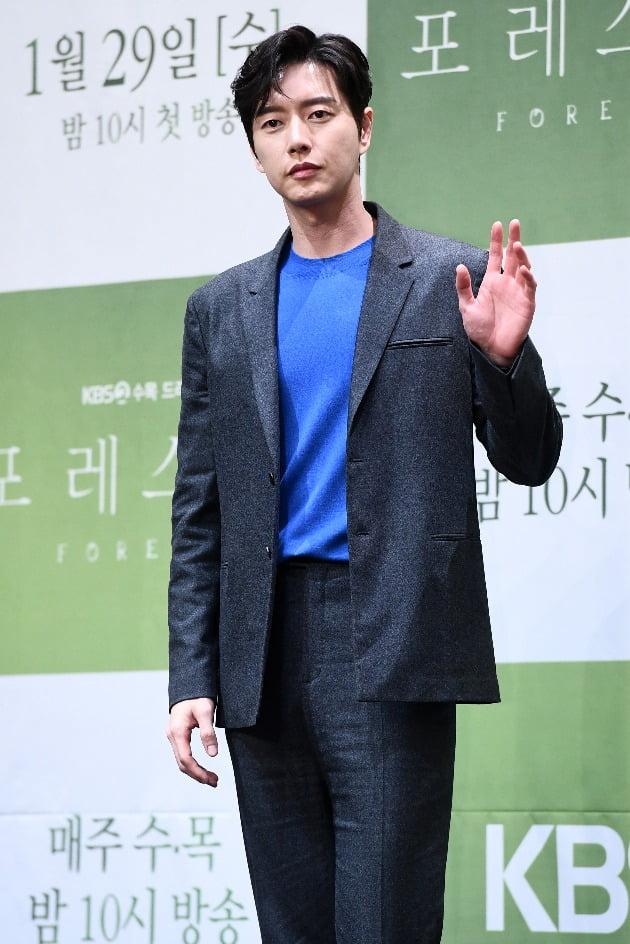 배우 박해진이 29일 오후 서울 신도림동 라마다 신도림 서울 호텔에서 열린 KBS 2TV 새 수목드라마 '포레스트'(극본 이선영, 연출 오종록) 제작발표회에 참석해 포토타임을 갖고 있다. / 변성현 한경닷컴 기자 byun84@hankyung.com