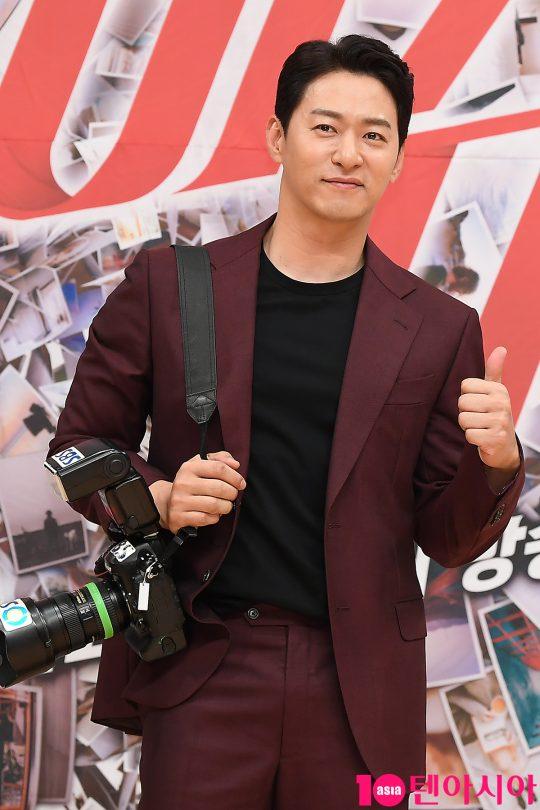 배우 주진모가 6일 오후 서울 목동 SBS 신사옥에서 열린 SBS 드라마 '빅이슈' 제작발표회에 참석해 카메라를 들고 있다.