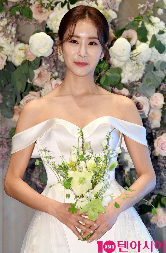 배우 한다감이 5일 오후 서울 송파구 롯데월드타워 시그니엘호텔에서 결혼식을 앞두고 기자회견을 하고 있다.