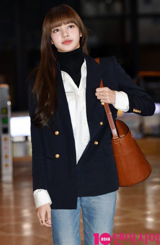 걸그룹 블랙핑크(지수, 제니, 로제, 리사) 리사가 6일 오전 중국 오디션 프로그램 '청춘유니2' 제작발표회 참석차 김포국제공항을 통해 중국 베이징으로 출국하고 있다.