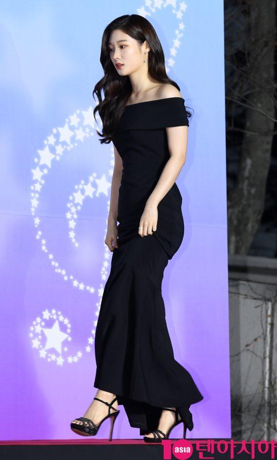 다이아 정채연이 8일 오후 서울 송파구 잠실실내체육관에서 열린 제9회 가온차트 뮤직 어워즈 레드카펫 행사에 참하고 있다.