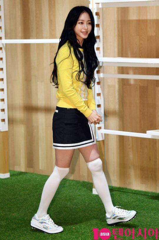 배우 한예슬이 9일 오후 서울 양재동 블랙야크 본사에서 열린 힐크릭 양재점 오픈 기념 매장 방문 행사에 참석하고 있다.